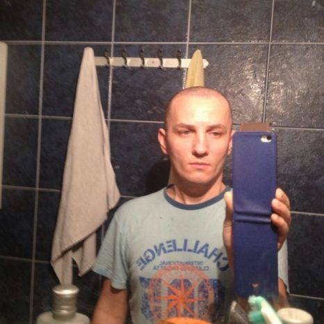 Mihai pozandu-se in oglinda